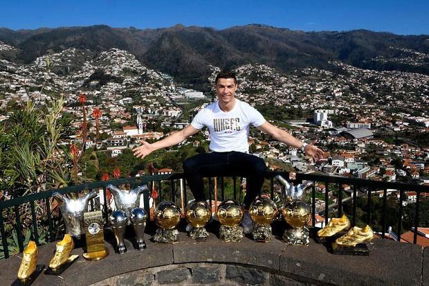 Bạn có nhận ra điều gì sau những bức hình chào năm mới của Ronaldo và Messi? - Ảnh 1.