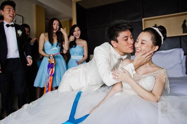 Ảnh cưới của Lý Tiểu Lộ - Giả Nãi Lượng khiến dân tình xót xa: Chú rể nâng niu, hôn chân cô dâu trong xúc động! - Ảnh 1.