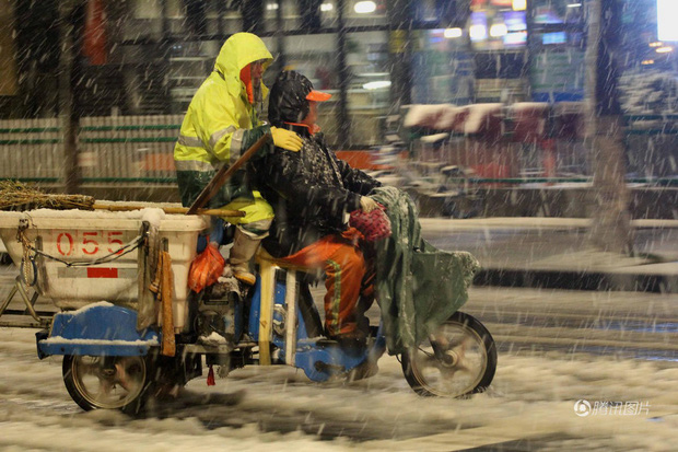 Cảnh tượng lạnh đầy khắc nghiệt tại Trung Quốc: Chị em phụ nữ quấn chăn, bịt kín lái xe máy đi làm - Ảnh 1.