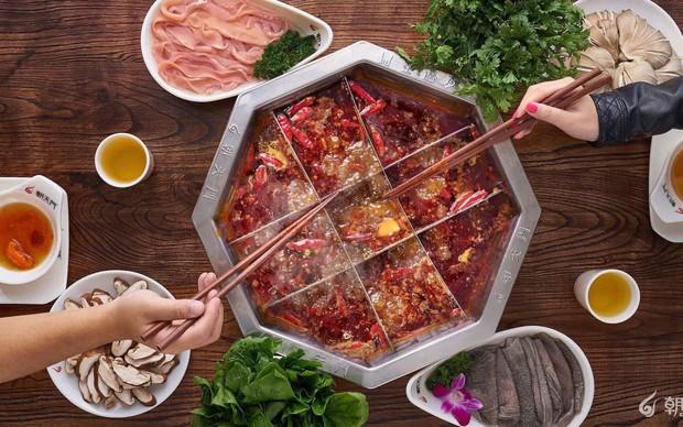 Dành cho team thích ăn cay: Lẩu Trùng Khánh ớt phủ kín nhưng vì quá ngon nên ai cũng bất chấp nếm thử - Ảnh 1.