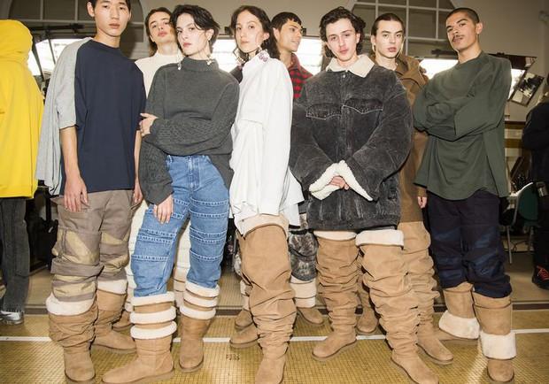 Hỏi nhanh: Bạn có muốn đi đôi boot béo cao ngang đùi đồ sộ và trễ nải này không? - Ảnh 1.