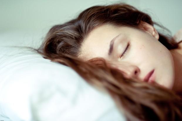Cô gái trẻ rơi vào tình trạng méo miệng, liệt nửa mặt chỉ vì thói quen đi ngủ khi tóc còn ướt - Ảnh 1.