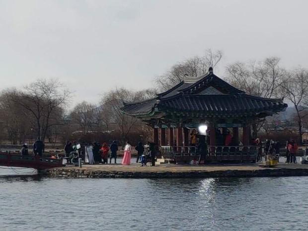 Fan xót xa khi Kim So Hyun mặc đồ mỏng manh, lao xuống hồ giữa trời lạnh âm 9 độ C - Ảnh 3.