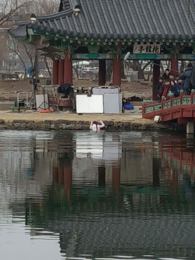 Fan xót xa khi Kim So Hyun mặc đồ mỏng manh, lao xuống hồ giữa trời lạnh âm 9 độ C - Ảnh 4.