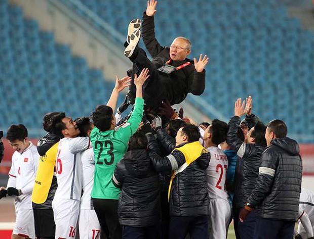 Hình ảnh cảm động của HLV Park Hang Seo với học trò giải thích vì sao U23 Việt Nam lập nên kỳ tích - Ảnh 1.