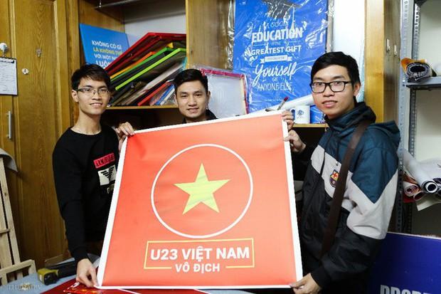 Hàng trăm CĐV phấn khởi nhận bộ dán cờ miễn phí trước thềm chung kết U23 Châu Á - Ảnh 2.