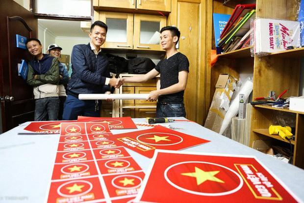 Hàng trăm CĐV phấn khởi nhận bộ dán cờ miễn phí trước thềm chung kết U23 Châu Á - Ảnh 11.