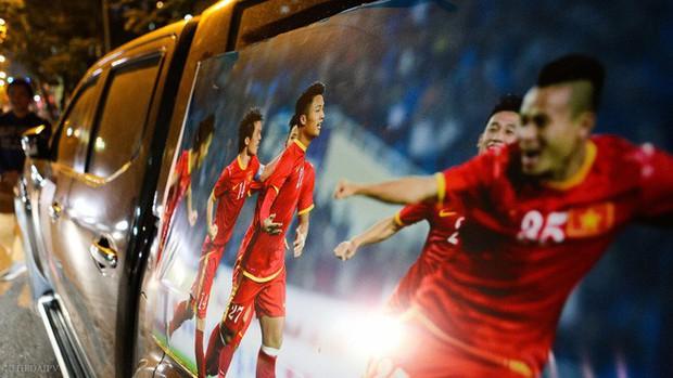 Hàng trăm CĐV phấn khởi nhận bộ dán cờ miễn phí trước thềm chung kết U23 Châu Á - Ảnh 13.