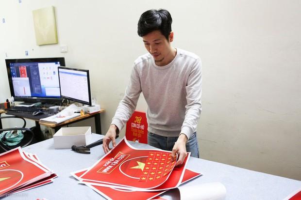 Hàng trăm CĐV phấn khởi nhận bộ dán cờ miễn phí trước thềm chung kết U23 Châu Á - Ảnh 3.