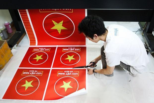 Hàng trăm CĐV phấn khởi nhận bộ dán cờ miễn phí trước thềm chung kết U23 Châu Á - Ảnh 5.