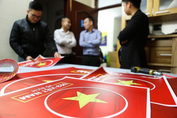 Hàng trăm CĐV phấn khởi nhận bộ dán cờ miễn phí trước thềm chung kết U23 Châu Á - Ảnh 8.