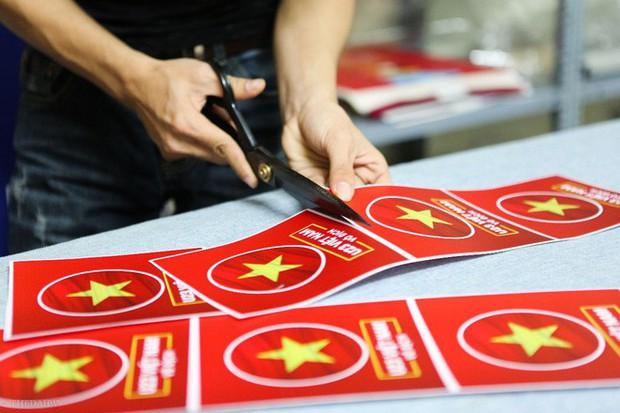 Hàng trăm CĐV phấn khởi nhận bộ dán cờ miễn phí trước thềm chung kết U23 Châu Á - Ảnh 9.