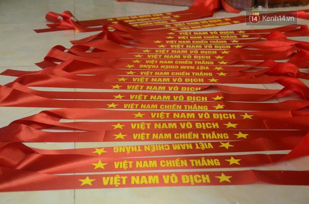 Hà Nội: Sản xuất cờ, băng rôn để cổ động viên U23 Việt Nam trước chung kết - Ảnh 3.