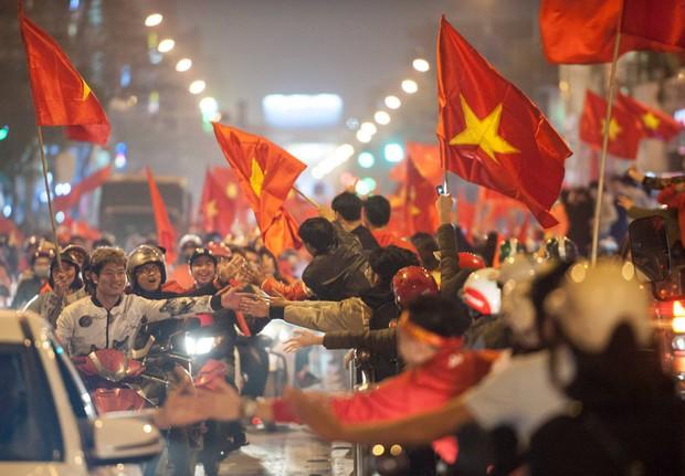 Ảnh: Chỉ cái chạm tay thôi đã đủ thấy tinh thần dân tộc và tình yêu bóng đá của hàng triệu người hâm mộ Việt Nam rồi! - Ảnh 2.