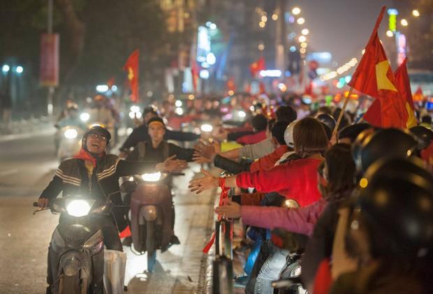 Ảnh: Chỉ cái chạm tay thôi đã đủ thấy tinh thần dân tộc và tình yêu bóng đá của hàng triệu người hâm mộ Việt Nam rồi! - Ảnh 4.