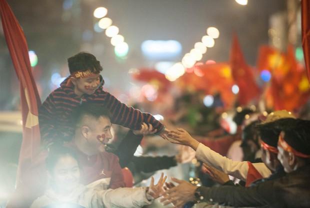 Ảnh: Chỉ cái chạm tay thôi đã đủ thấy tinh thần dân tộc và tình yêu bóng đá của hàng triệu người hâm mộ Việt Nam rồi! - Ảnh 1.