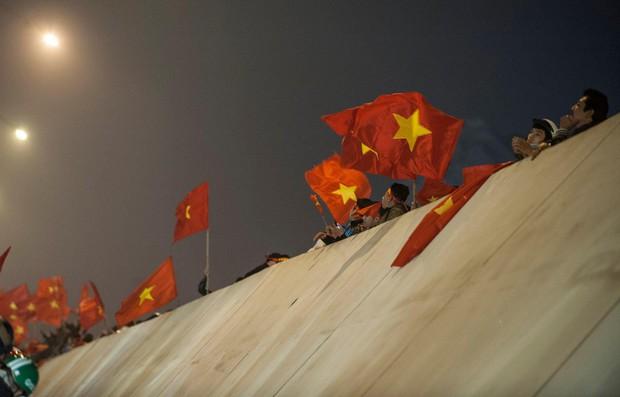 Ảnh: Chỉ cái chạm tay thôi đã đủ thấy tinh thần dân tộc và tình yêu bóng đá của hàng triệu người hâm mộ Việt Nam rồi! - Ảnh 7.