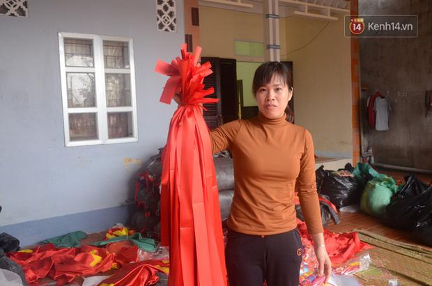 Hà Nội: Trắng đêm sản xuất cờ đỏ, băng rôn để phục vụ cổ động viên U23 Việt Nam trước thềm chung kết - Ảnh 8.