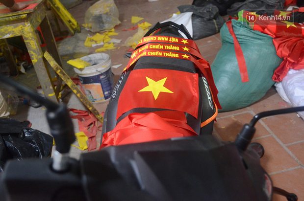 Hà Nội: Sản xuất cờ, băng rôn để cổ động viên U23 Việt Nam trước chung kết - Ảnh 2.