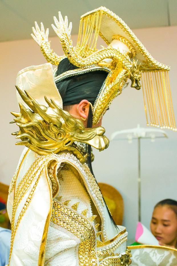 Cận cảnh long bào cực hoành tráng của Đàm Vĩnh Hưng khi đóng Ngọc Hoàng - Ảnh 2.
