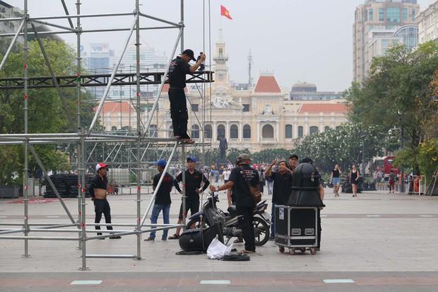 """Tất bật lắp đặt màn hình """"khủng"""" xem U23 VN ở phố đi bộ Nguyễn Huệ - Ảnh 1."""