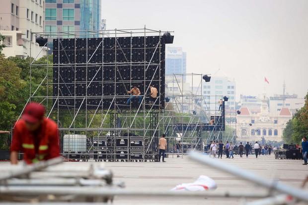 """Tất bật lắp đặt màn hình """"khủng"""" xem U23 VN ở phố đi bộ Nguyễn Huệ - Ảnh 2."""