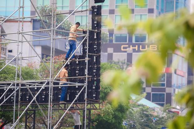 """Tất bật lắp đặt màn hình """"khủng"""" xem U23 VN ở phố đi bộ Nguyễn Huệ - Ảnh 3."""