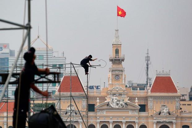 """Tất bật lắp đặt màn hình """"khủng"""" xem U23 VN ở phố đi bộ Nguyễn Huệ - Ảnh 4."""