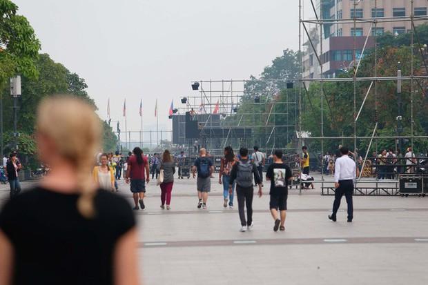"""Tất bật lắp đặt màn hình """"khủng"""" xem U23 VN ở phố đi bộ Nguyễn Huệ - Ảnh 6."""
