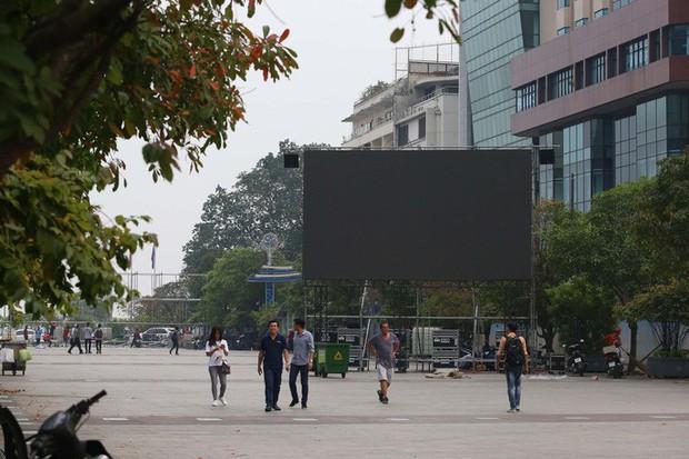 """Tất bật lắp đặt màn hình """"khủng"""" xem U23 VN ở phố đi bộ Nguyễn Huệ - Ảnh 8."""