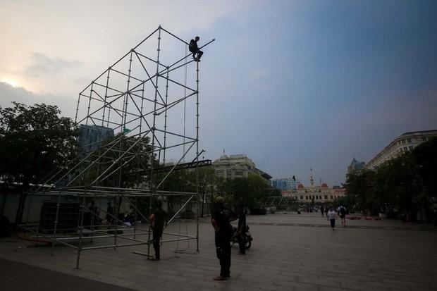 """Tất bật lắp đặt màn hình """"khủng"""" xem U23 VN ở phố đi bộ Nguyễn Huệ - Ảnh 9."""