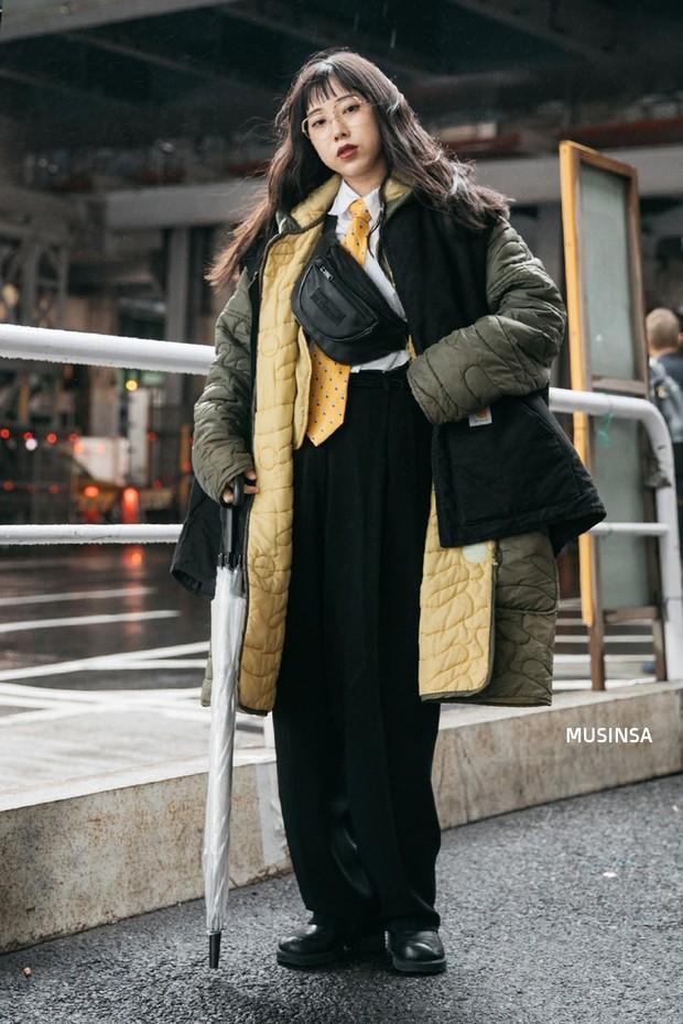 Street style Hàn Quốc: khi mặc vài ba chiếc áo khoác to sụ cùng lúc chẳng hâm chút nào mà lại chất hết nấc - Ảnh 10.