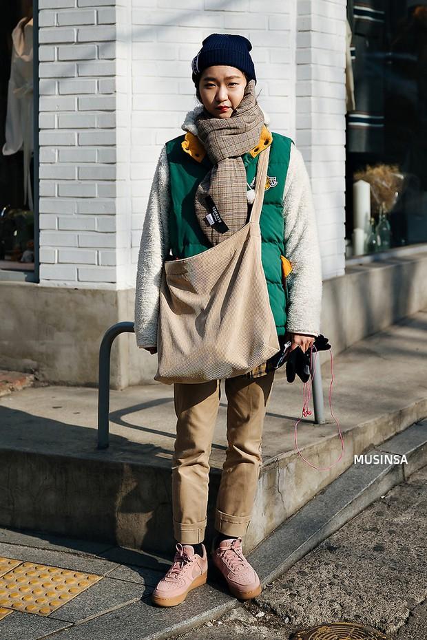 Street style Hàn Quốc: khi mặc vài ba chiếc áo khoác to sụ cùng lúc chẳng hâm chút nào mà lại chất hết nấc - Ảnh 11.