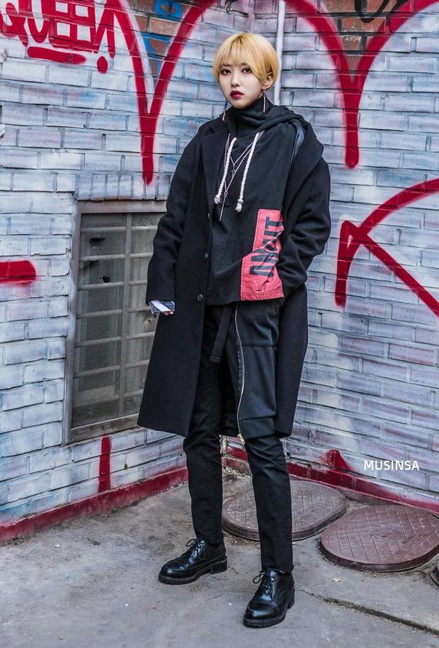 Street style Hàn Quốc: khi mặc vài ba chiếc áo khoác to sụ cùng lúc chẳng hâm chút nào mà lại chất hết nấc - Ảnh 12.