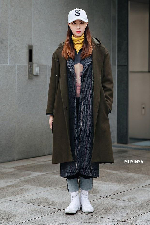Street style Hàn Quốc: khi mặc vài ba chiếc áo khoác to sụ cùng lúc chẳng hâm chút nào mà lại chất hết nấc - Ảnh 3.