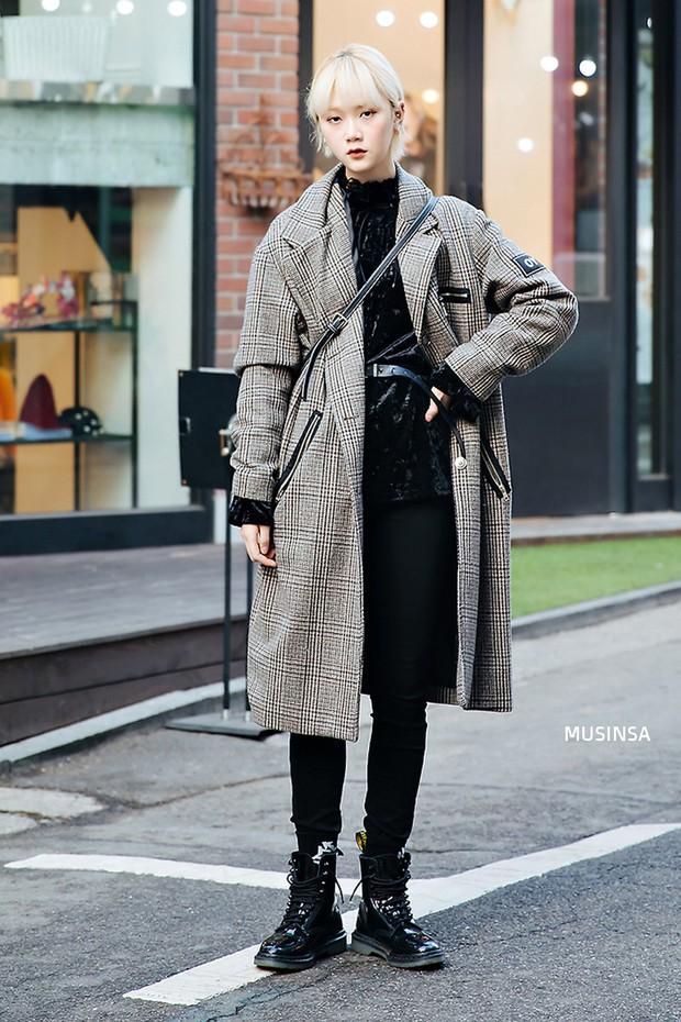 Street style Hàn Quốc: khi mặc vài ba chiếc áo khoác to sụ cùng lúc chẳng hâm chút nào mà lại chất hết nấc - Ảnh 4.
