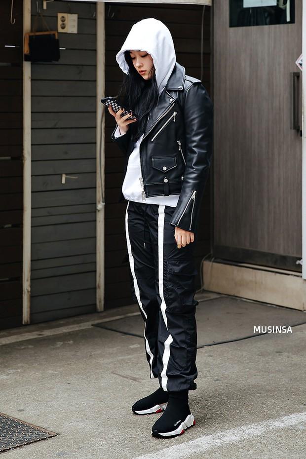 Street style Hàn Quốc: khi mặc vài ba chiếc áo khoác to sụ cùng lúc chẳng hâm chút nào mà lại chất hết nấc - Ảnh 5.