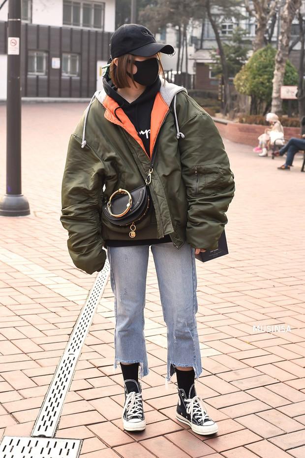 Street style Hàn Quốc: khi mặc vài ba chiếc áo khoác to sụ cùng lúc chẳng hâm chút nào mà lại chất hết nấc - Ảnh 6.