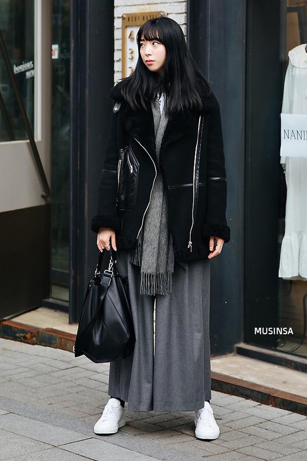 Street style Hàn Quốc: khi mặc vài ba chiếc áo khoác to sụ cùng lúc chẳng hâm chút nào mà lại chất hết nấc - Ảnh 7.
