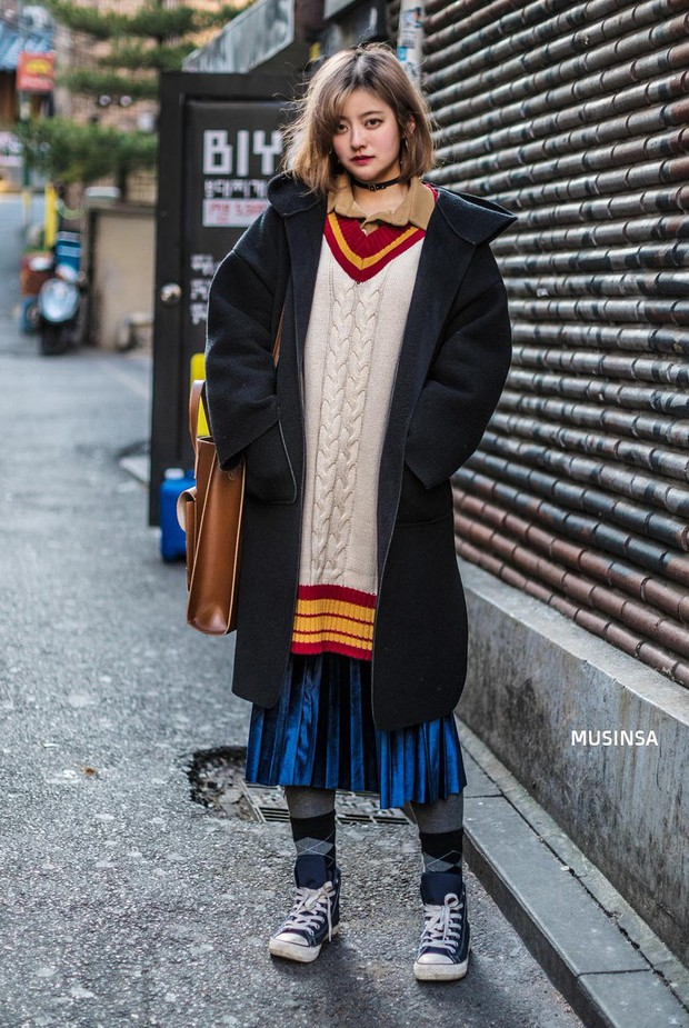 Street style Hàn Quốc: khi mặc vài ba chiếc áo khoác to sụ cùng lúc chẳng hâm chút nào mà lại chất hết nấc - Ảnh 2.