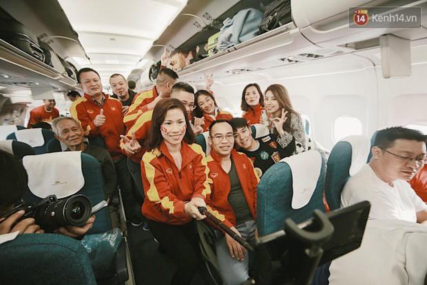 """Sân bay Tân Sơn Nhất """"nhuộm"""" màu đỏ rực khi rất đông hành khách lên đường cổ vũ U23 Việt Nam - Ảnh 8."""