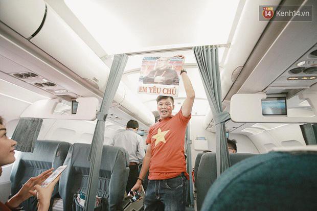 """Sân bay Tân Sơn Nhất """"nhuộm"""" màu đỏ rực khi rất đông hành khách lên đường cổ vũ U23 Việt Nam - Ảnh 10."""