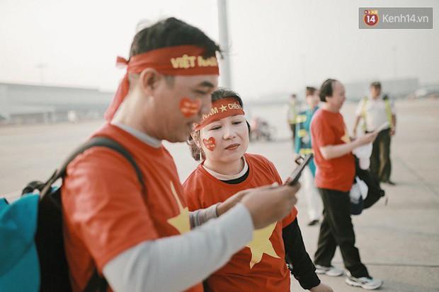 """Sân bay Tân Sơn Nhất """"nhuộm"""" màu đỏ rực khi rất đông hành khách lên đường cổ vũ U23 Việt Nam - Ảnh 3."""