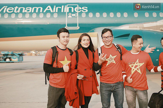 """Sân bay Tân Sơn Nhất """"nhuộm"""" màu đỏ rực khi rất đông hành khách lên đường cổ vũ U23 Việt Nam - Ảnh 2."""