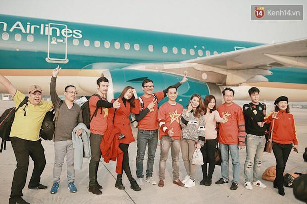 """Sân bay Tân Sơn Nhất """"nhuộm"""" màu đỏ rực khi rất đông hành khách lên đường cổ vũ U23 Việt Nam - Ảnh 6."""
