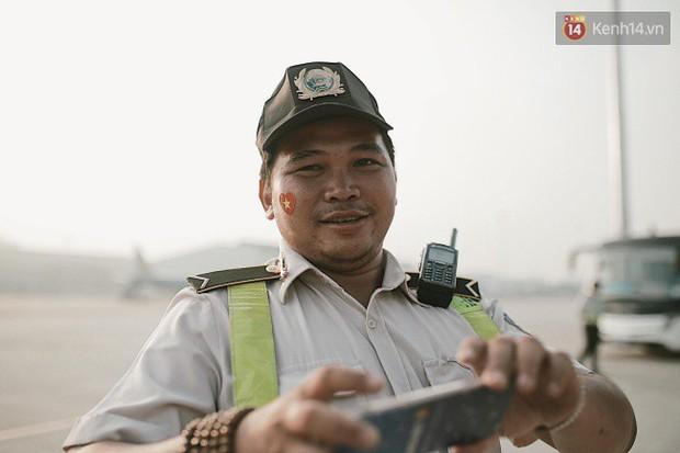 """Sân bay Tân Sơn Nhất """"nhuộm"""" màu đỏ rực khi rất đông hành khách lên đường cổ vũ U23 Việt Nam - Ảnh 11."""