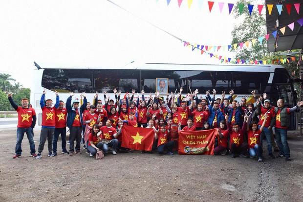 Cửa khẩu đường bộ sang Trung Quốc ùn tắc hàng tiếng đồng hồ do quá đông cổ động viên Việt Nam xuất cảnh - Ảnh 1.
