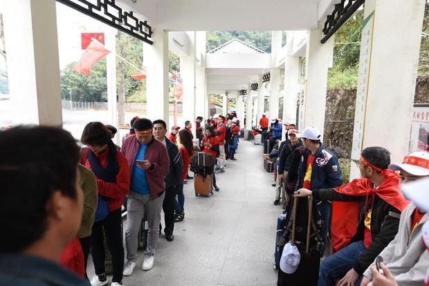 Cửa khẩu đường bộ sang Trung Quốc ùn tắc hàng tiếng đồng hồ do quá đông cổ động viên Việt Nam xuất cảnh - Ảnh 3.