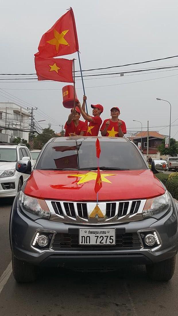 Hội người Việt ở Lào rộn ràng, sẵn sàng bùng cháy hết mình cho trận chung kết lịch sử của U23 Việt Nam - Ảnh 4.