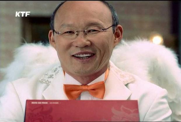 Đáng yêu cực kỳ: HLV Park Hang Seo đeo cánh thiên thần, nháy mắt đóng quảng cáo cùng Moon Geun Young! - Ảnh 4.